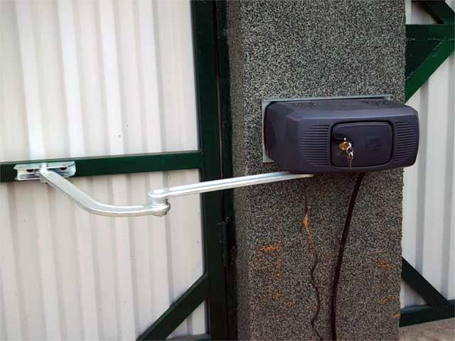 CAME 001F1000 — привод для распашных ворот 230 В рычажный, самоблокирующийся с шарнирным рычагом передачи